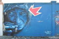Pintura do artista Smile dentro do projeto Rostos do Muro Azul (Facebook GAU)