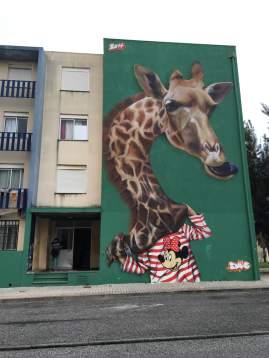 """A menina girafa de Ivo """"Smile"""" Santos (Crédito: Ctrl+Alt+RUA)"""