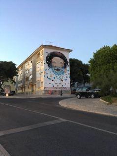 Mural de mosaicos realizado pelo artista Utopia 63