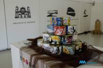 """As latas na exposição """"Arte na Conserva"""" (Crédito: Divulgação/Facebook)."""