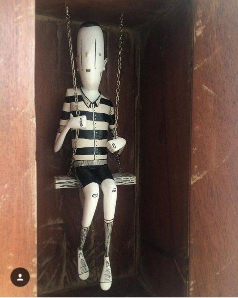 """Escultura em caixa de madeira na """"Anamnesis"""" (Crédito: Alex Senna/Facebook)"""