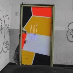 """""""Neon Door Operation"""". Instalação numa fábrica abandonada em Reggio Emilia, na Itália - crédito: @spidertag"""